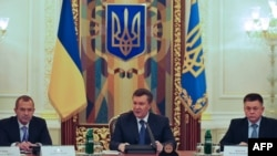 Павел Лебедев (справа), Виктор Янукович и Андрей Клюев (слева)