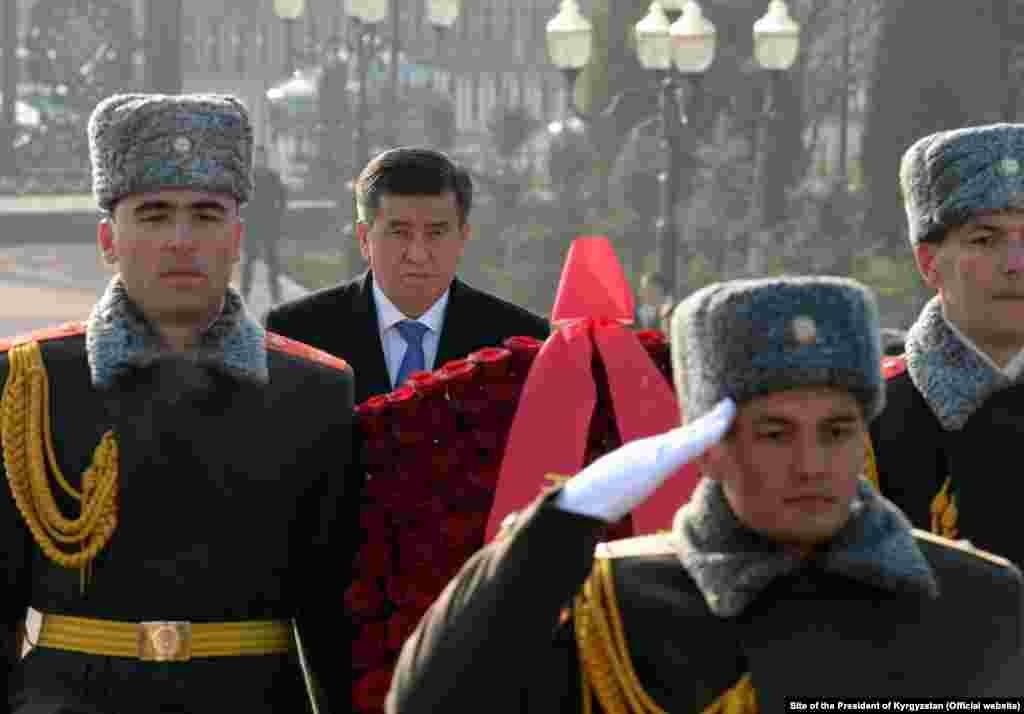 Жээнбеков на площади Мустакиллик, где состоялась церемония возложения цветов к монументу Независимости и гуманизма.