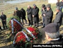 Yaxınları və dostları Rafiq Tağının məzarını ziyarət edir