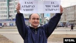 Руководитель общественного объединения «Арлан» Макс Бокаев выражает свой протест против строительства комплекса ароматических углеводородов (КПА) в Атырау. 10 апреля 2010 года.