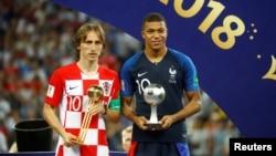 Лучший игрок чемпионата мира Лука Модрич (слева) и лучший молодой игрок чемпионата Килиан Мбаппе. 15 июля 2018 года