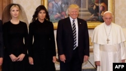АҚШ президенті Дональд Трамп пен оның жұбайы Мелания Трамп (сол жақтан екінші) және қызы Иванка Трамп (сол жақта) Рим Папасы Францисктің қабылдауында. Рим, Ватикан, 24 мамыр 2017 жыл