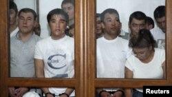 Роза Төлетаева (бірінші қатарда оң жақ шетте) басқа азаматтармен бірге сот үкімін тыңдап отыр. Ақтау, 4 маусым 2012 жыл. (Көрнекі сурет)