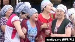 Жаркын Саринова (в центре), мать погибшего пограничника Камбара Аганаса, на его похоронах. Актобе, 9 июня 2012 года.