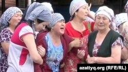 Жарқын Саринова (ортада) ұлы Қамбарды жоқтап тұр. Ақтөбе қаласы, 9 маусым 2012 жыл.