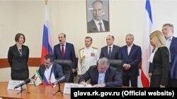 Подписание договора о сотрудничестве во время визита глав Ингушетии, Карачаево-Черкесии и Дагестана в аннексированный Крым