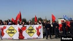 Protestë e Aleancës Kuq e Zi në Aeroportin e Tiranës kundër vizitës së ministrit të Jashtëm serb në Shqipëri, Ivan Mrkiq, 22 dhjetor 2012.