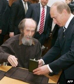 Alexandr Soljenițîn primind Premiul de Stat de la Vladimir Putin, venit în casa sa din Troitse-Lykovo, în apropiere de Moscova, la 12 iunie 2007