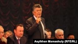 Председатель Союза писателей Казахстана Нурлан Оразалин (стоит в центре), слева — Мухтар Кул-Мухамед, в бытность министром культуры и спорта. Алматы. Иллюстративное фото.