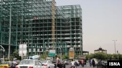 نمایی از ساختوساز در مقابل عمارت کلاه فرنگی در پادگان سپاه