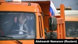 """Владимир Путин за рулем """"КамАЗа"""" во время открытия Крымского моста"""