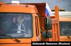 Vladimir Putin conduce un camion Kamaz spre Crimea
