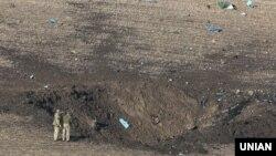 Військові на місці катастрофи винищувача Су-27 біля села Уланів в Хмельницькому районі Вінницької області, 16 жовтня 2018 року