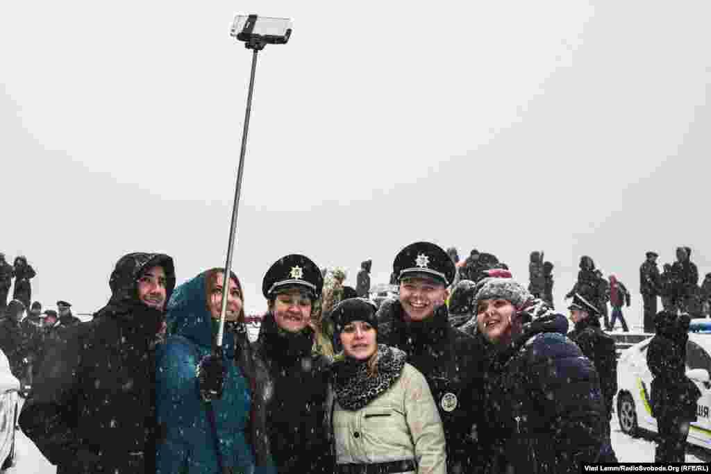 Місцеві жителі фотографуються з поліцейськими