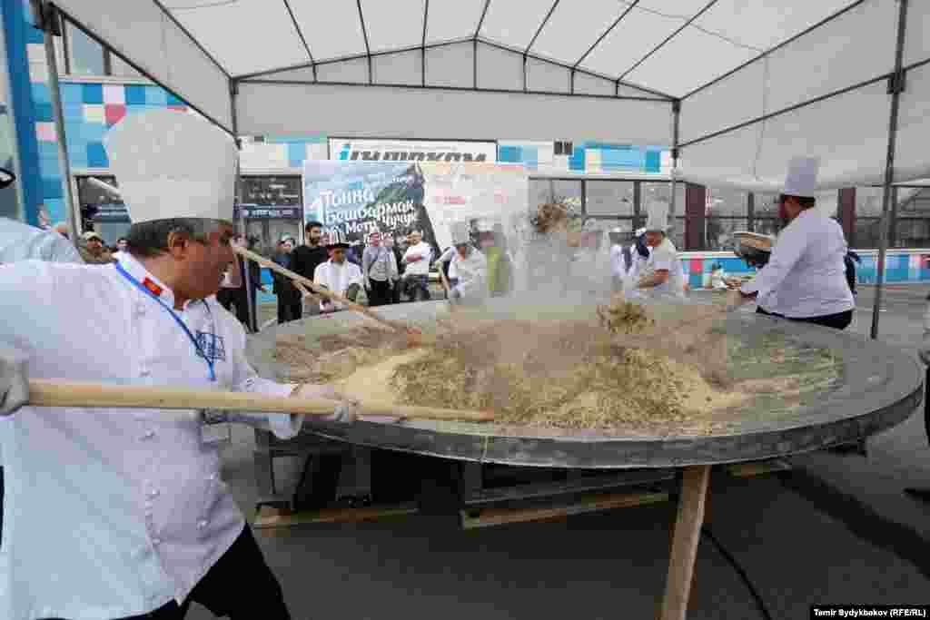 Ұйымдастырушылар бұған дейін 2015 жылы Қазақстанда, Астана күні мерекесі кезінде қазақ аспаздары 736 келі ет асып орнатқан рекордтан озғандарын айтады.