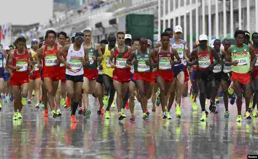 Атлети біжать у чоловічому марафоні. Олімпійським чемпіоном став Еліуд Кіпчоге з Кенії.