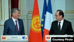 Кыргыз мамлекет башчысы Алмазбек Атамбаев менен француз президенти Франсуа Олланд. 23-март, 2015-жыл