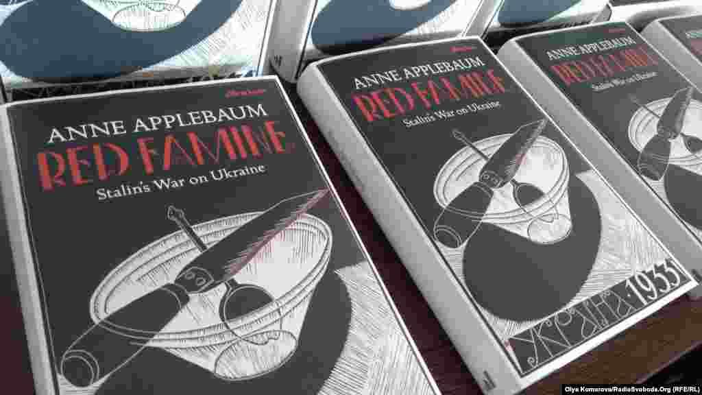 7 вересня 2017 року вийшла англомовна книга відомої американської дослідниці Енн Епплбаум під назвою «Червоний голод: Війна Сталіна в Україні». Книга почала привертати увагу у західних країнах ще до своєї офіційної появи, вона розповідає деталі Голодомору 1932-1933 років в Україні – однієї з найбільших трагедій в історії людства, яка забрала життя мільйонів людей. Епплбаум порушує одне з найголовніших питань – чи був цей голод геноцидом українського народу. Більш детально про це –тут.