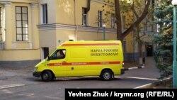 Автомобиль скорой помощи на территории севастопольской городской больницы №1