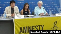 Никола Дакворф (справа), старший директор по исследованиям Amnesty International, и Дэвид Диаз (слева), заместитель директора программы «Европа и Центральная Азия» Amnesty International. Алматы, 11 июля 2013 года.