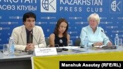 Amnesty International ұйымының зерттеулер жөніндегі бас директоры Никола Дакворф (оң жақта) және ұйымның Еуропа және Орталық Азия бағдарламасының директоры орынбасары Дэвид Диаз (сол жақта). Алматы, 11 шілде 2013 жыл.