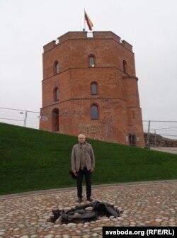 Язэп Янушкевіч каля месца, дзе будзе мэмарыяльны знак