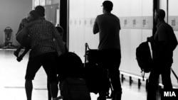 Архивска фотографија: Луѓе заминуваат од скопскиот аеродром