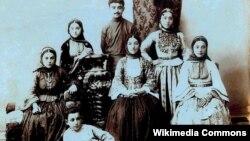 Y.V.Çəmənzəminli anası, bacıları və qardaşları ilə, 1913