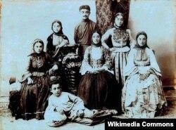 Yusif Vəzir (ayaq üstə) anası, bacıları və qardaşı ilə, Şuşa, təxminən 1905-08