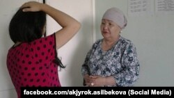Дарика Асылбекова жумушун аткарып жаткан учурда тартылган сүрөт.