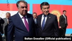 Tajik President Emomali Rahmon (left) and Kyrgyz President Sooronbai Jeenbekov talked to residents on both sides of the troubled border.