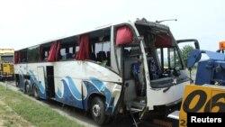 Fotografi e autobusit pas përplasjes në një autostradë në Serbi