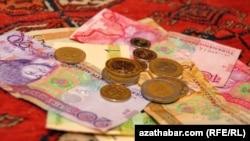 S.Nyýazow bu baradaky permana gol çekende, iki manadyň bir amerikan dollaryna deň boljakdygy yglan edilipdi.