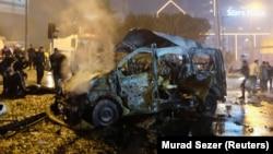 Automjetet e shkatërruara pas shpërthimit në afërsi të stadiumit të futbollit në Stamboll, Turqi.