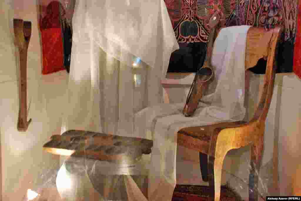 В этой витрине можно увидеть такие личные вещи Абая, как подставка для сокола (слева на стене), тогызкумалак. Стул принадлежал сначала Абаю, потом он его подарил акыну Нурбаю.