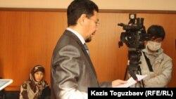 Шынар Бисенбаева (сол жақ шетте) мен адвокаты Жандос Бұлхайыр апелляциялық сот отырысында. Алматы, 14 қараша 2013 жыл.
