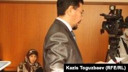 Слева истец Шынара Бисенбаева, за трибуной ее адвокат Жандос Булхайыр - на заседании апелляционного суда. Алматы, 14 ноября 2013 года.