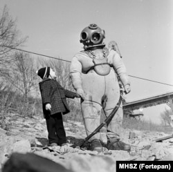 A diver on the Danube between underwater shifts in 1965.