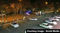 Узбекские милиционеры стоят возле машины со взрывчатым устройством.