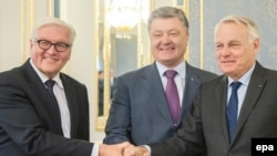 Ukraine - German Foreign Minister Frank-Walter Steinmeier (L) and his French counterpart Jean-Marc Ayrault (R) shaking hands with Ukainian President Petro Poroschenko (C) during their meeting in Kyiv, Ukraine, 14 September 2016.