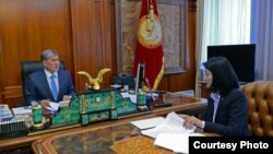 Президент Алмазбек Атамбаев билим министри Элвира Сариеваны кабыл алды