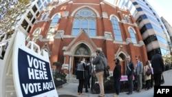 Американцы голосуют на одном из избирательных участков в Вашингтоне, 8 ноября 2016 года.
