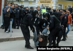 Police detain a demonstrator outside Moscow Election Commission headquarters on July 14.