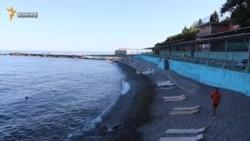 Пляжі селища на південному березі Криму заповнені на третину (відео)