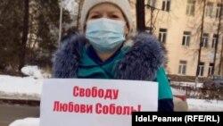 Ольга Комлева вышла на одиночный пикет в Уфе в поддержку Алексея Навального и юриста ФБК Любови Соболь