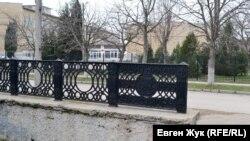 Чугунные решетки изготовлены на Севморзаводе. На заднем плане – школа №16 имени В.Д. Ревякина