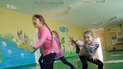 Із мотивацією, та без диплома. Хто їде вчити дітей в сільські школи (відео)