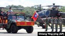 تسای اینگون که ژانویه امسال بار دیگر به عنوان رئیسجمهور تایوان انتخاب شد در حال سان دیدن از نیروهای مسلح این کشور.