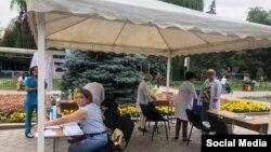 Один из временных пунктов вакцинации в Бишкеке, организованный в общественном месте. 11 июля 2021 года.