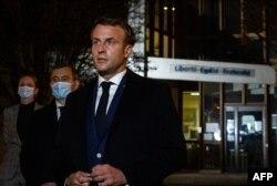 Emmanuel Macron a párizsi támadás helyszínén